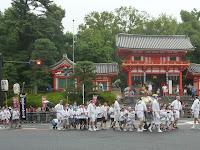 八坂神社では祇園祭の花傘巡行が行われた。