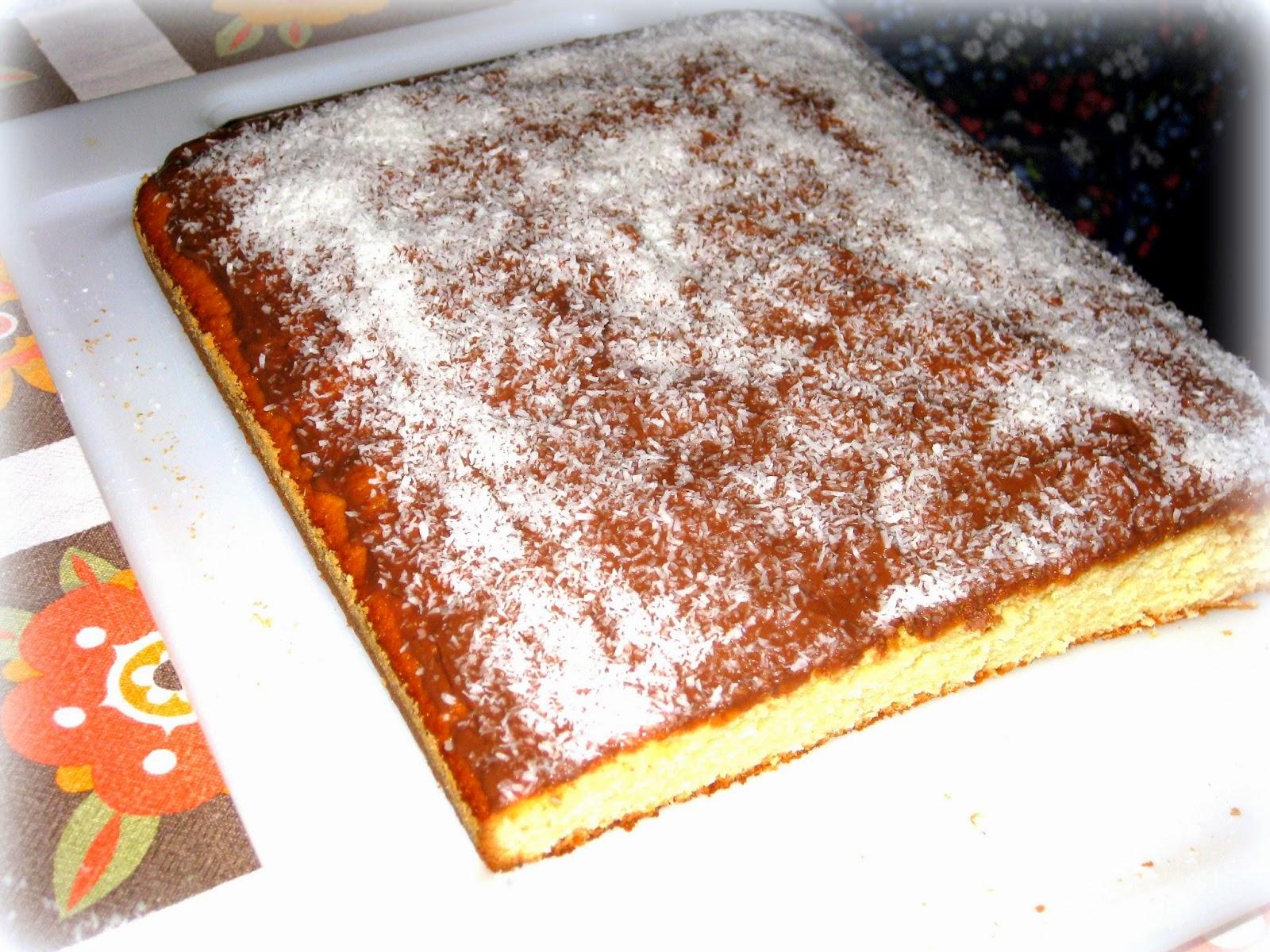 La ricetta di questa torta bassa con cocco rapè e cioccolato è deliziosa! Facile da preparare e con quel tocco in più dato dal cocco aggiunto direttamente nell'impasto.