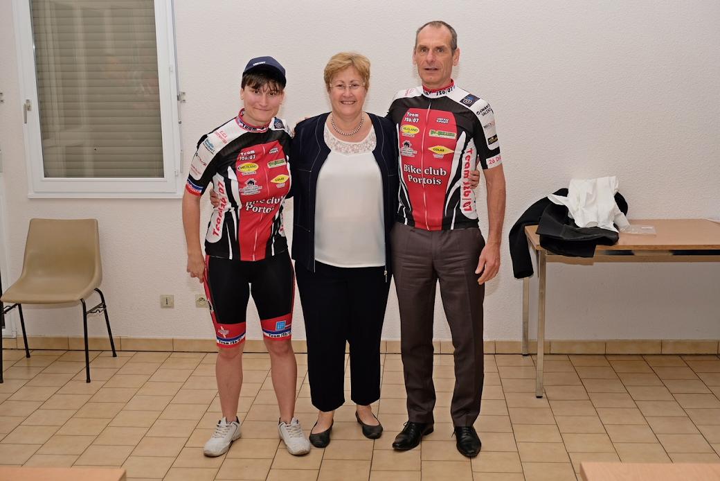 remise des nouveaux maillots à Aurélie et Marc