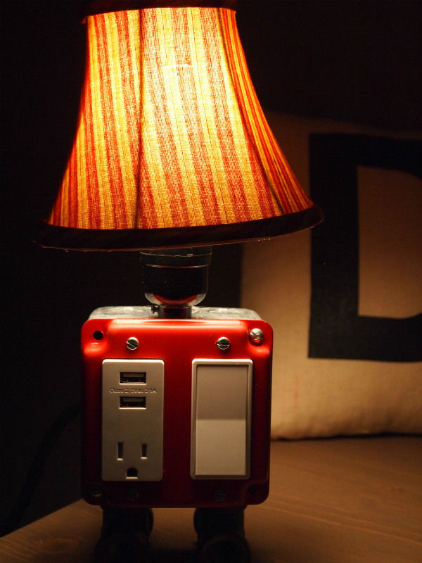 table lamp with usb charging station spicytec. Black Bedroom Furniture Sets. Home Design Ideas