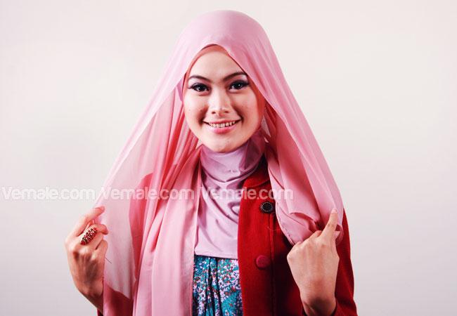 Siapkan jilbab segi empat kemudian pakai dengan posisi sebelah kanan ...