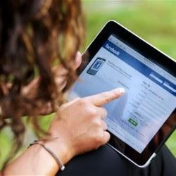 الفيسبوك سبباً رئيسياً في إصابة الفتيات بالإكتئاب,فتاة امرأة تستخدم تابلت اى باد,woman girl use tablet i-pad