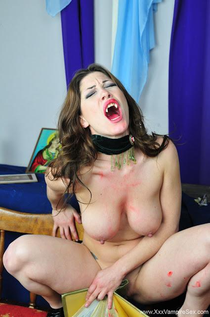 FotosNua.Com vampira sex mostrando a buceta