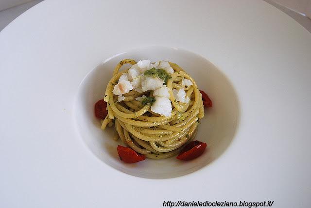 spaghettoni matt felicetti con pesto di lattuga, merluzzo e pomodori pachino