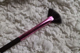 Real techniques brushes, Real techniques brush reviews, Best highstreet makeup brushes, Best drugstore makeup brushes, Best makeup brush for contouring, how to use a fan makeup brush, how to create Kim Kardashian contour look, Best setting brush