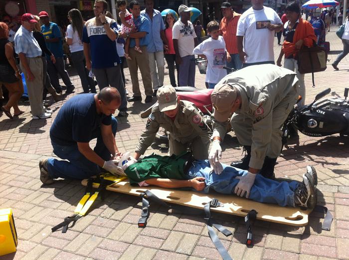 Equipe do Corpo de Bombeiros simula o atendimento a uma vítima de acidente com motocicleta