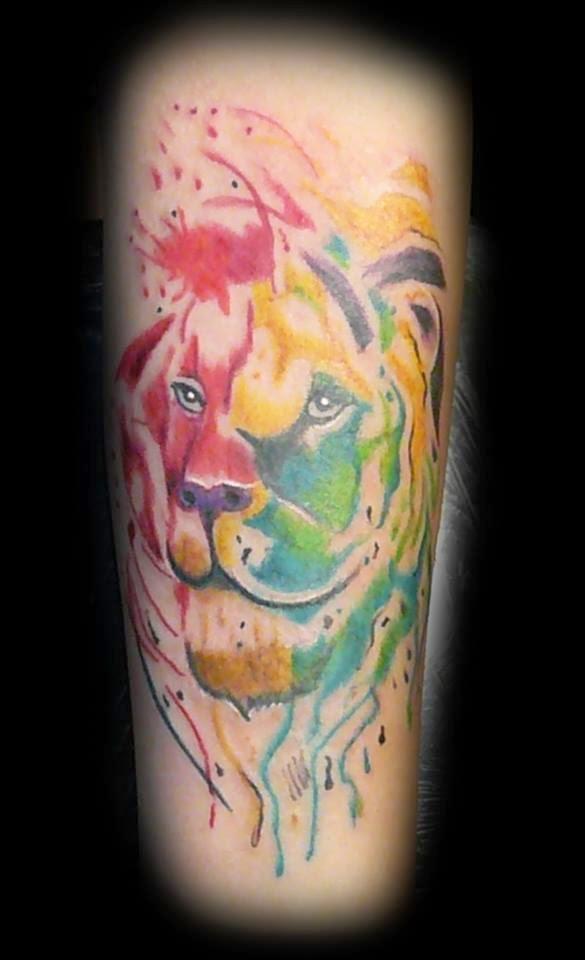 Tatuaje leon colorido