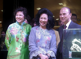 QUEEN OF MALAYSIA LAUNCHES INTERNATIONAL SHOE FESTIVAL 2012 WITH JIMMY CHOO COUTURE SHOE DESIGNER