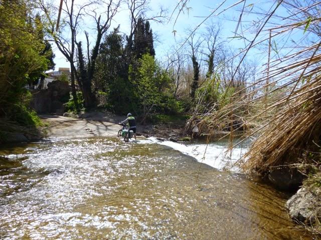 Atravesando el río Muga