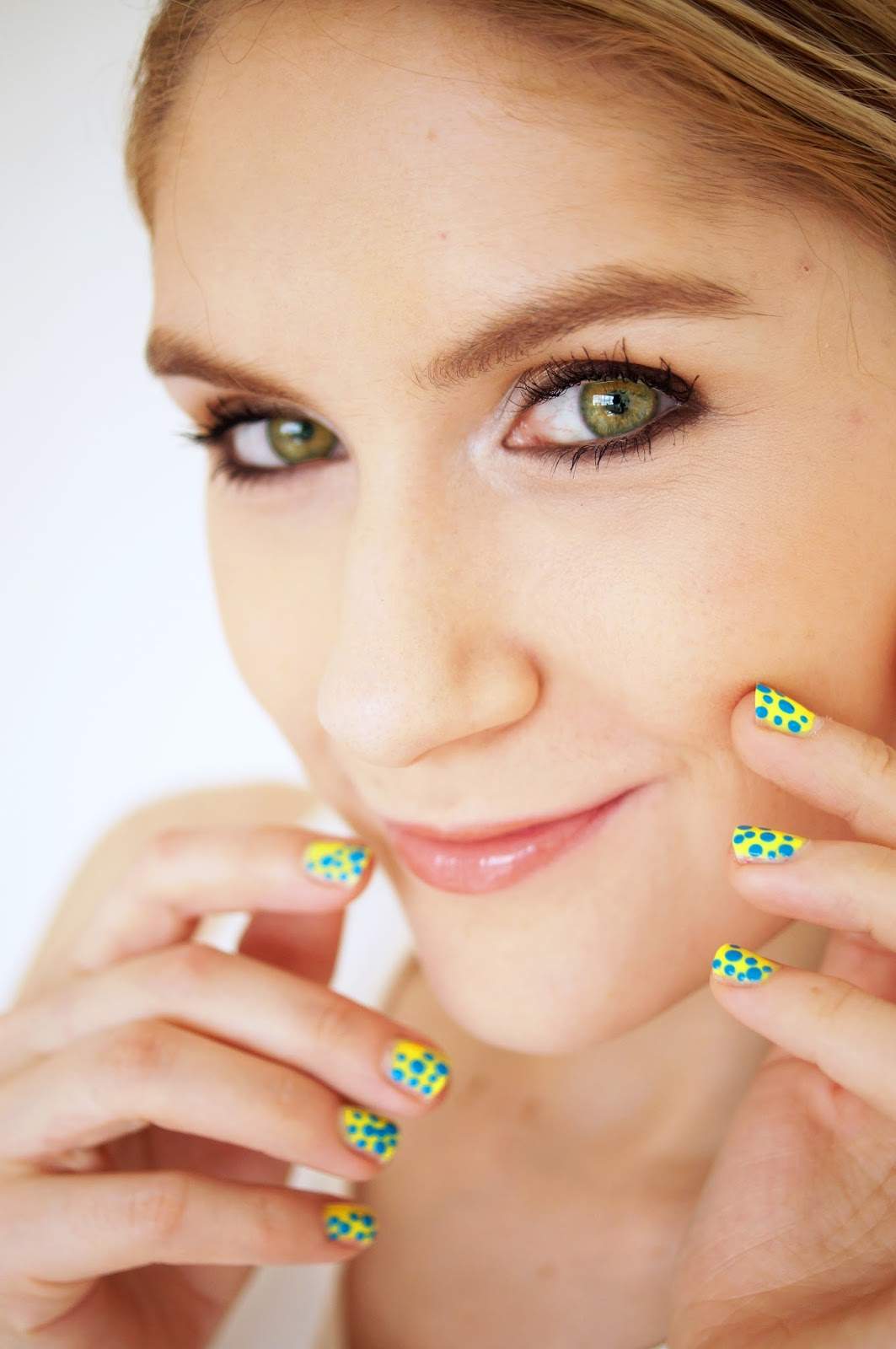 Loving these neon dotted nails! Super easy to make too, just click through for full tutorial.