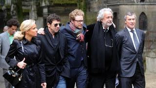 Patrick Bruel (deuxième à gauche) et Jérôme Cahuzac (à droite) à l'enterrement de Guy Carcassonne, à Paris, lundi 3 juin