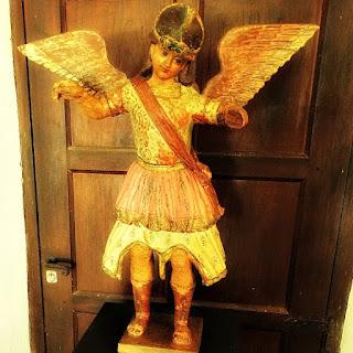 Imagem do Arcanjo Miguel, esculpida em madeira no período jesuítico-guarani, no Museu de San Ignacio Guazú.