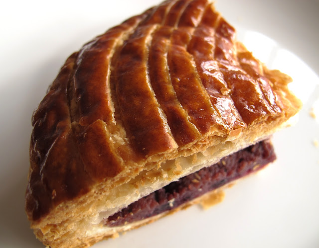 Galette frangipane violette-cassis - Ptisserie Des Gteaux et du Pain