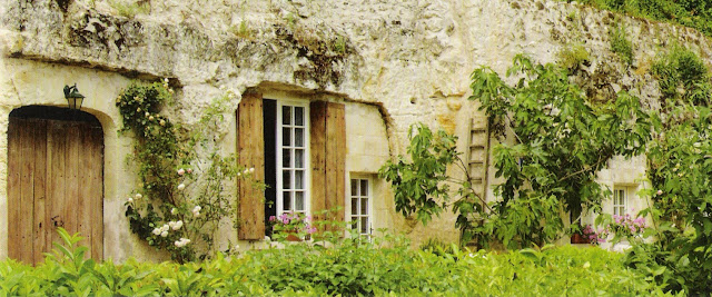 Image via French Country Hideaways, available in the emporium by linenandlavender.net, post:  http://www.linenandlavender.net/2011/04/french-country-hideaways.html