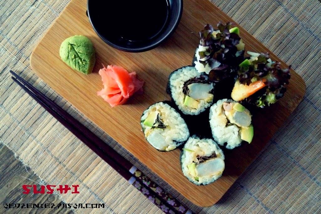 Futomaki z krewetkami w tempurze, avocado i sałatą