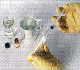 การเติมน้ำยาลงในตัวอย่างครีมเพื่อทดสอบหาปรอทแอมโมเนีย