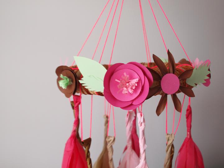 mobile diy avec fleurs en papier
