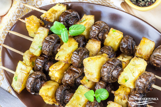 szaszłyki z pieczarek, szaszłyki z pieczarek i ananasa, szaszłyki z pieczarkami i ananasem, szaszłyki po tajsku, pieczarki po tajsku, szaszłyki wegetariańskie, szaszłyki bez mięsa, kraina miodem płynąca