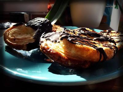 Palmeritas de hojaldre caseras con chocolate de cobertura