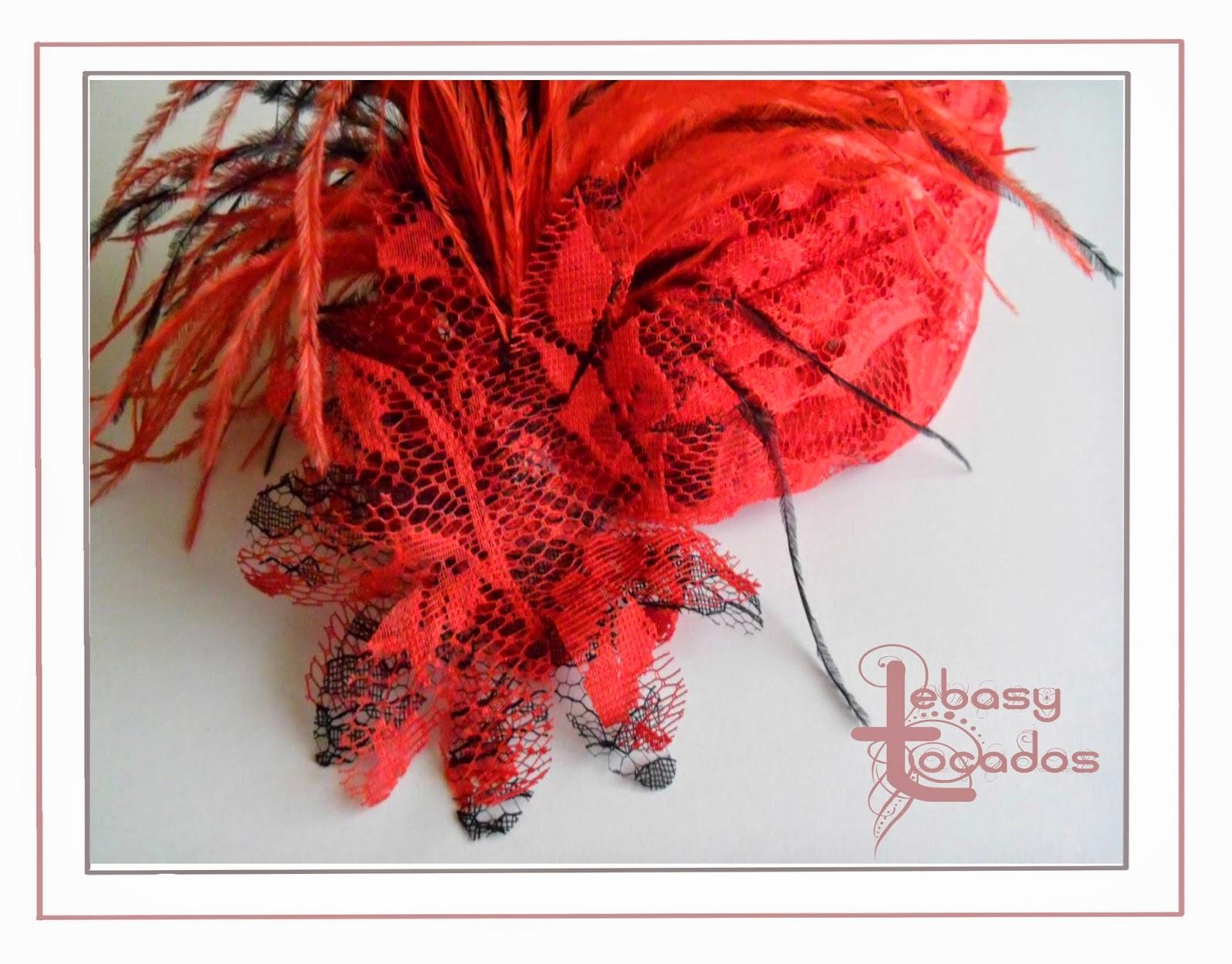 Banda en tono rojo y negro de sinamay y plumas de Lebasy Tocados