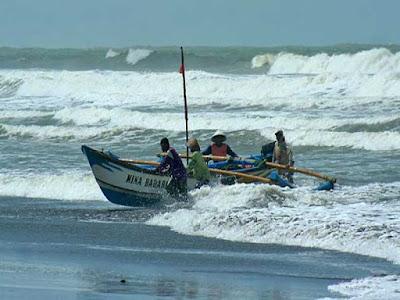 Angin Kencang Di Surabaya Di Sebabkan Oleh Tiga Badai