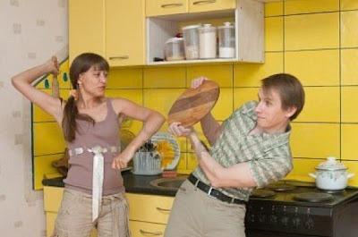 woman-beating-the-man-on-kitchen - آلاف الرجال المغاربة يتعرضون للضرب من زوجاتهم بأدوات المطبخ