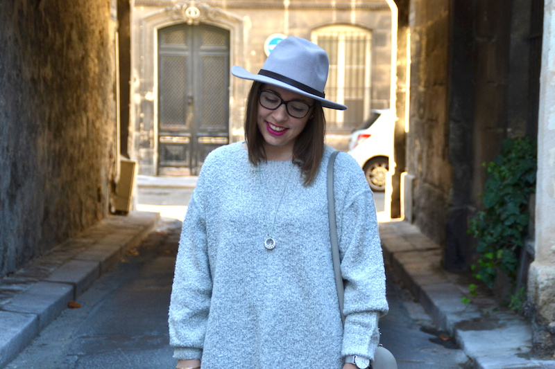 pull loose NewLook, simili cuir ZARA,chapeau gris MANGO, sac gris like PS11, Stan Smith, collier Hermés, montre CLUSE