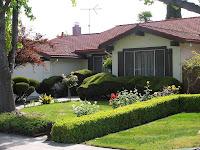 jardín bonito de una casa pequeña