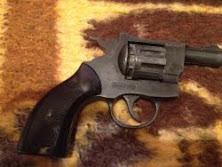 Arme şi muniţii la domiciliul unui bărbat, suspectul intenţiona să le vîndă unui grup criminal