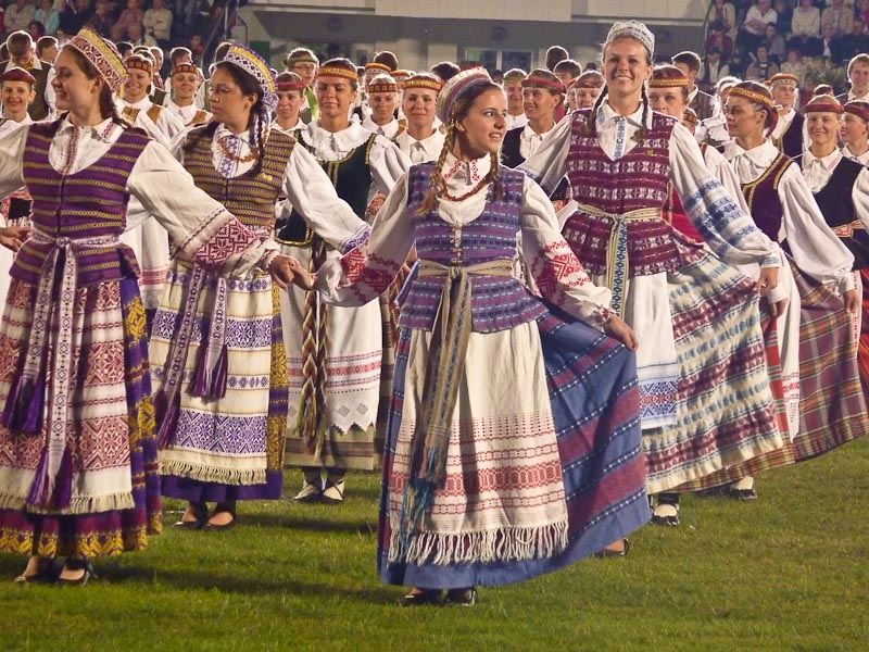 lithuanian folk costumes traditional clothing of the world