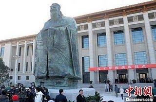 Olbrzymia statua geocentryka Konfucjusza na Placu Tienanmen
