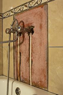 трубы в ванной, спрятанные к стене