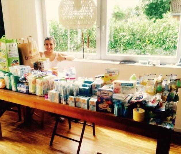 September: Eine Welle Der Hilfsbereitschaft Rollt An. Schon Bald Sieht Das  Wohnzimmer Der Familie Wie Bei Einem Umzug Aus: