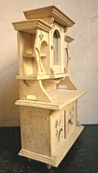 La piccola casa antica in miniatura una credenza antica for Arredamento casa antica