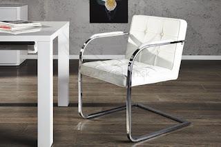 luxunsná biela stolicka s presivanym povrchom, dostupna aj v ciernej farbe