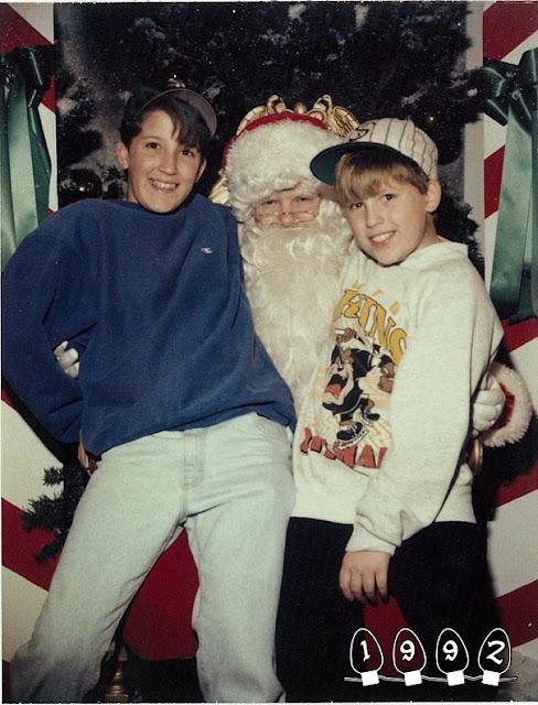 Dos Hermanos Tomando Fotografías con Santa Claus ultimos 34 Años