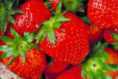 Clarear os dentes com frutas em casa-morango