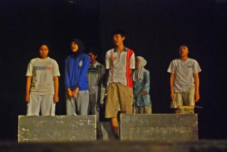 Laskar pelangi ini dipentaskan 14 mahasiswa FKIP Untan. Tak seperti