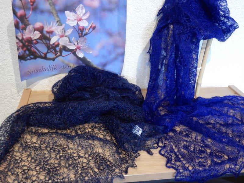 TE KOOP: kobaltblauw en donkerblauw.