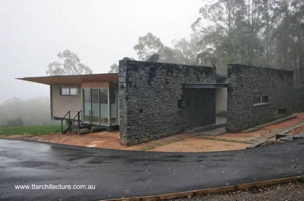 Moderna casa de retiro australiana en el claro de un bosque