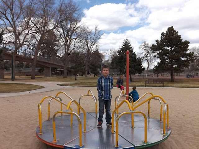 Yesterday we went to one of the many parks in Colorado Springs, which is a 20 minute drive from our house. There we walked and fed the squirrels. While Artem played on the playground, we were feeding curious animals. They are almost tame and throw themselves at your feet when you walk along the paths of the garden. And one even started to follow us, when we finished bread.   The weather was sunny and windless. We had a great time and rest.  Вчера мы ездили в парк Колорадо Спрингс, который находится в 20 минут езды на машине от нашего дома. Там мы гуляли и кормили белок. Пока Артем играл на детской площадке, мы занимались фотоохотой, прикармливая любопытных животных.  Белки почти ручные и сами бросаются под ноги, когда гуляешь по тропинкам сада. А одна белка даже начала на нас нападать, когда у нас закончился хлеб.   Погода была солнечная и безветренная. Мы прекрасно провели время и отдохнули.