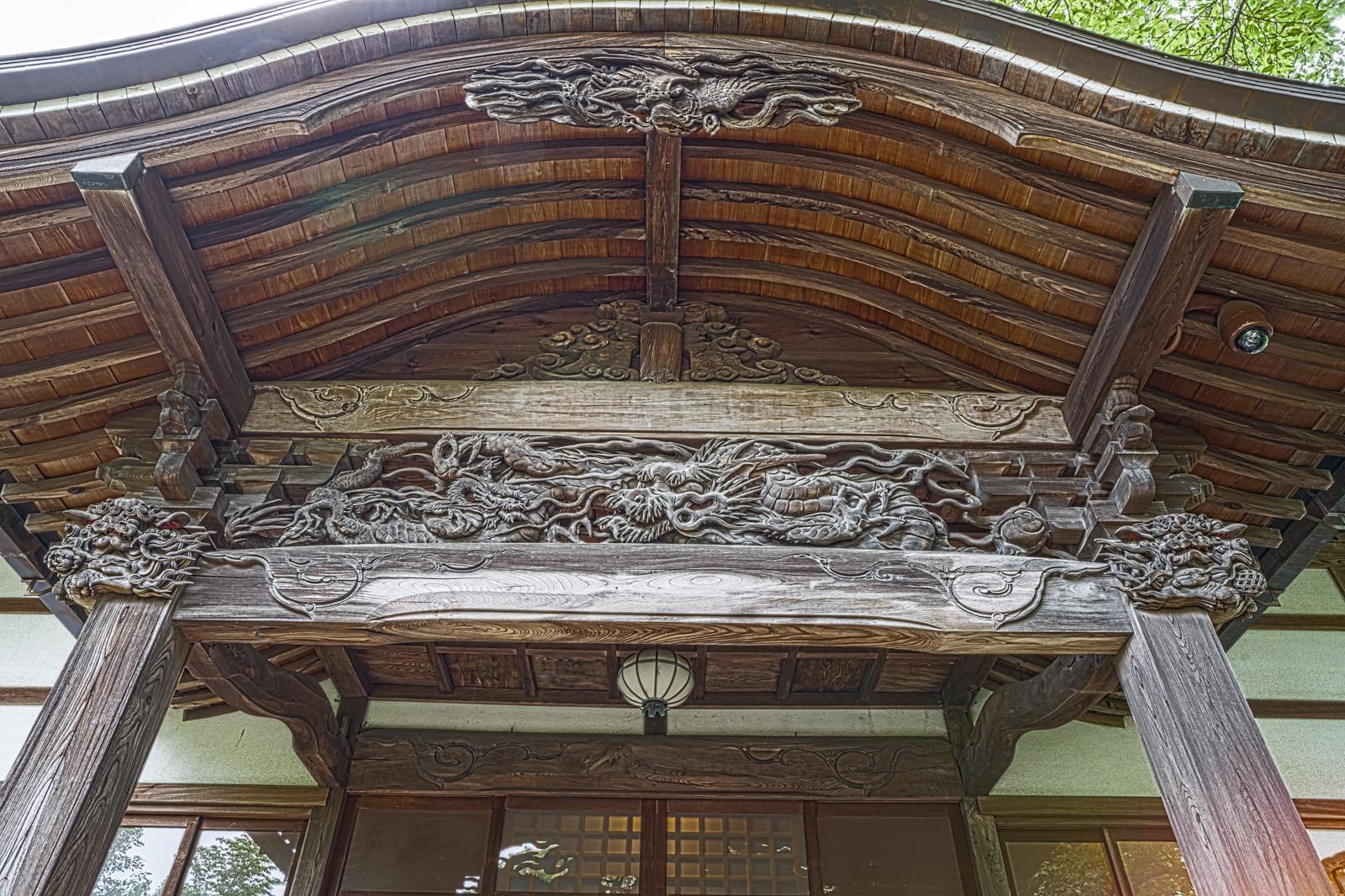 武蔵國分寺本殿を見上げて撮影した写真