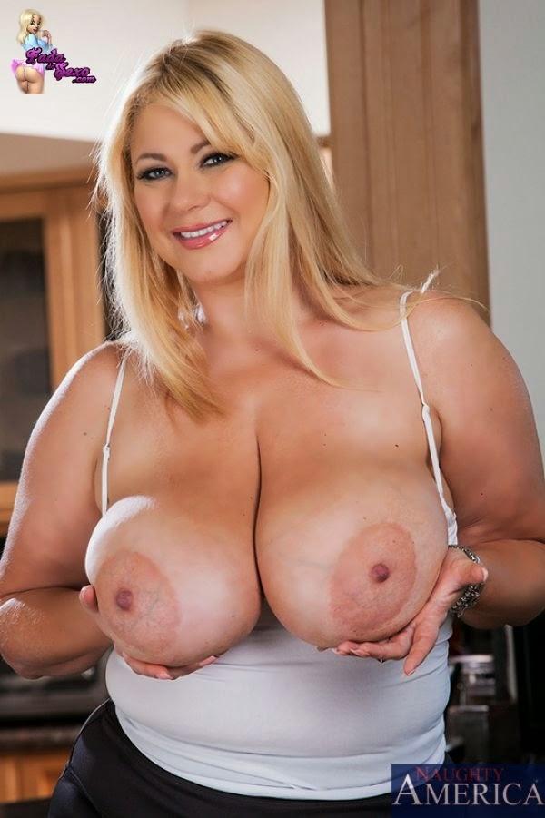 Mulheres com peitos enormes