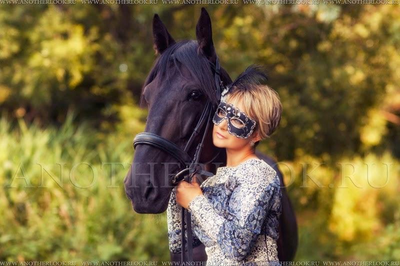 Девушка в маске с конем