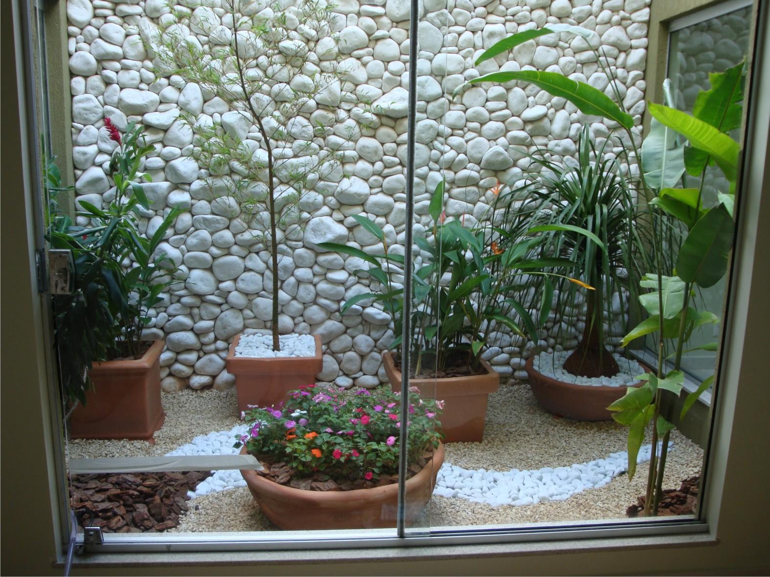 Os jardins são muito aplicados em baixo de escadas, em sacadas de