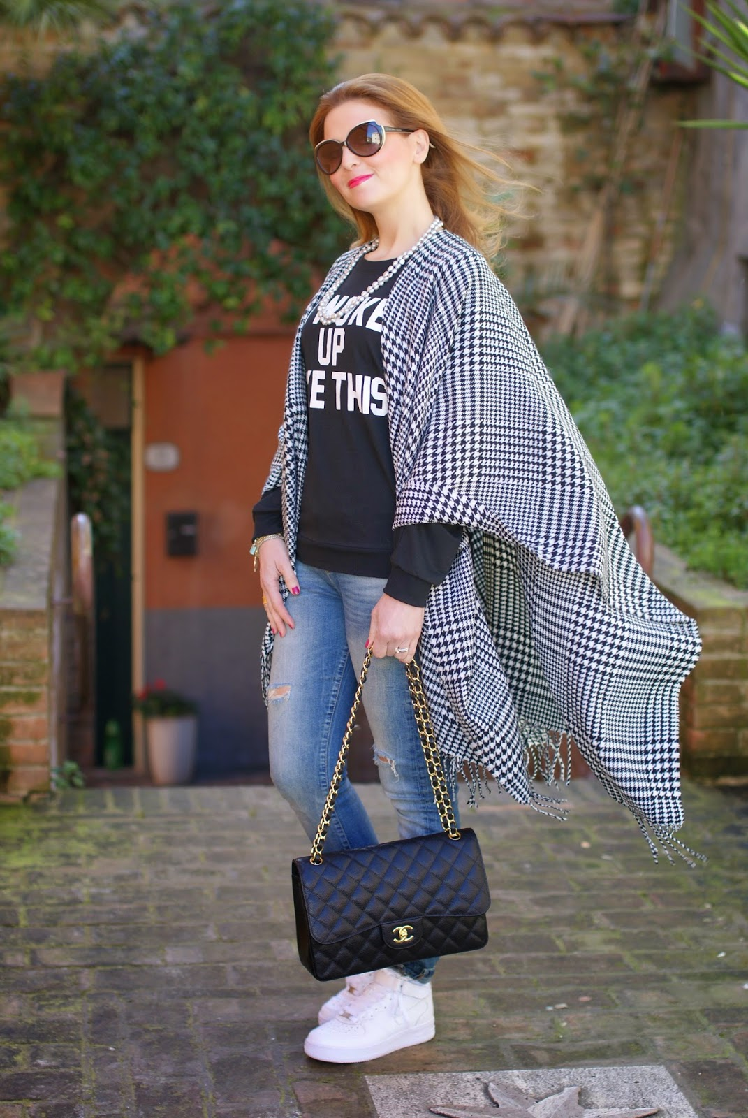 Blue Vanilla cape, I woke up like this, Romwe t-shirt, silver pearls necklace, Chanel 2,55 bag on Fashion and Cookies fashion blog