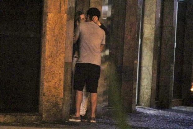 A notícia do século: Marcelo Adnet é fotografado beijando loira no Leblon