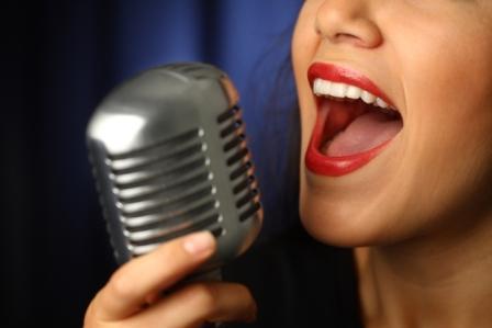 1....2...3... ESTAMOS EN EL AIRE  - Página 2 Locutor-con-microfono