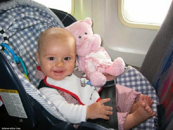 Photo bébé avec peluche en avion
