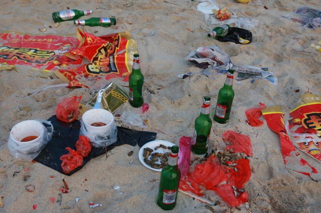 Praia na China coberta de lixo